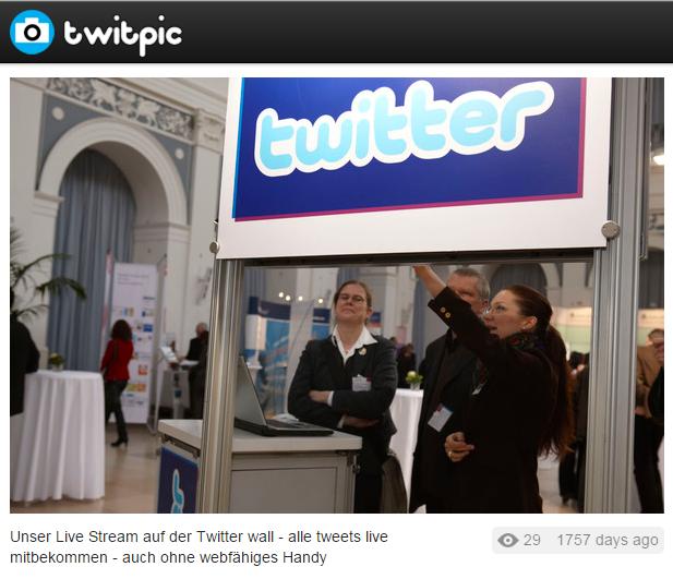 twitterwall auf dem kommunikationskongress der Gesundheitswirtschaft 2009 via twitpic